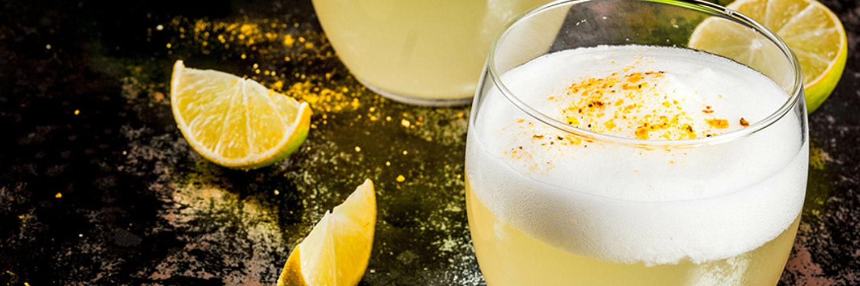 Chilean traditional liqueur pisco sour © Adobe Stock