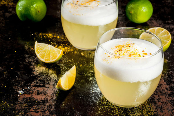 Chilean traditional liqueur pisco sour © Adobe Stock